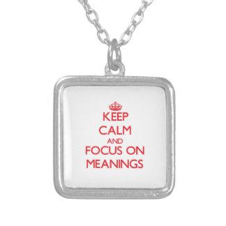 Mantenha a calma e o foco em significados colar personalizado
