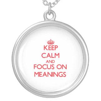 Mantenha a calma e o foco em significados colares