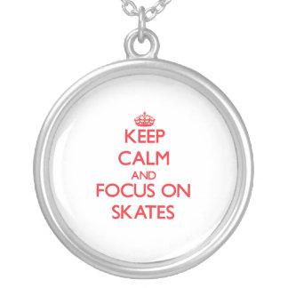Mantenha a calma e o foco em skates colares personalizados