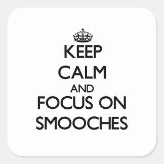 Mantenha a calma e o foco em Smooches Adesivo Quadrado