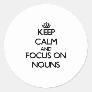 Mantenha a calma e o foco em substantivos adesivo em formato redondo