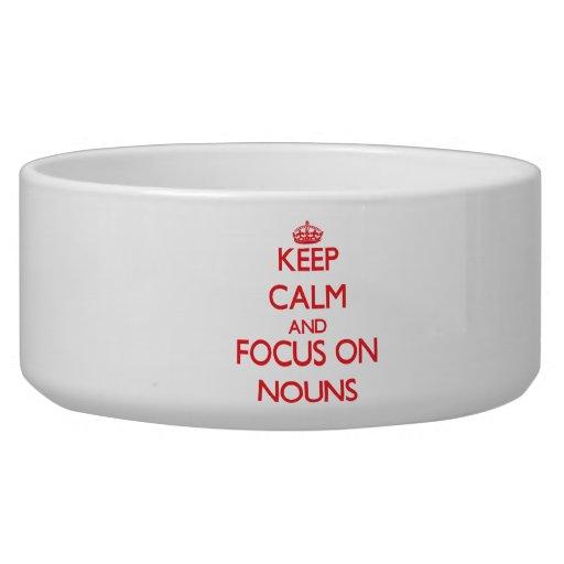 Mantenha a calma e o foco em substantivos tijelas para comida de cachorros