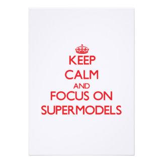 Mantenha a calma e o foco em supermodelos convite personalizados
