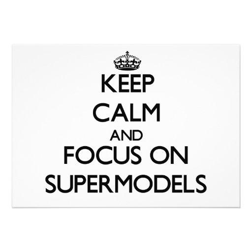 Mantenha a calma e o foco em supermodelos convite personalizado