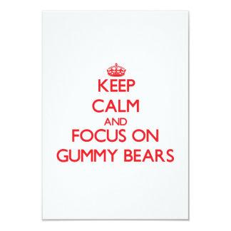 Mantenha a calma e o foco em ursos gomosos convites personalizado