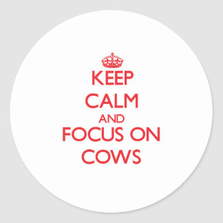 Mantenha a calma e o foco em vacas adesivos em formato redondos