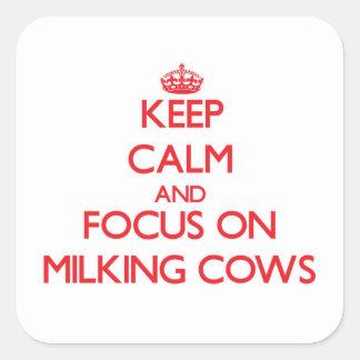 Mantenha a calma e o foco em vacas de ordenha adesivo em forma quadrada