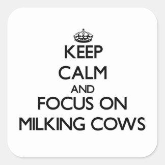 Mantenha a calma e o foco em vacas de ordenha adesivo quadrado