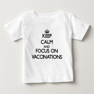 Mantenha a calma e o foco em vacinações camiseta para bebê