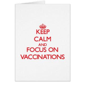 Mantenha a calma e o foco em vacinações cartão comemorativo