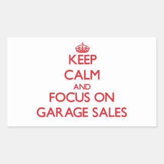 Mantenha a calma e o foco em vendas de garagem adesivo retângular