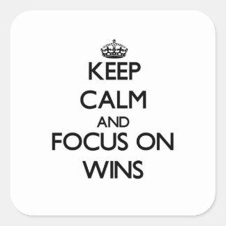 Mantenha a calma e o foco em vitórias adesivo em forma quadrada