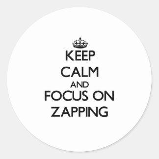 Mantenha a calma e o foco em Zapping Adesivos Em Formato Redondos