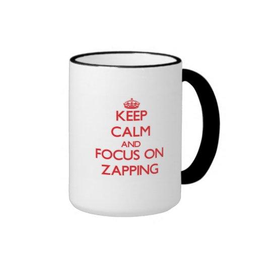 Mantenha a calma e o foco em Zapping Caneca