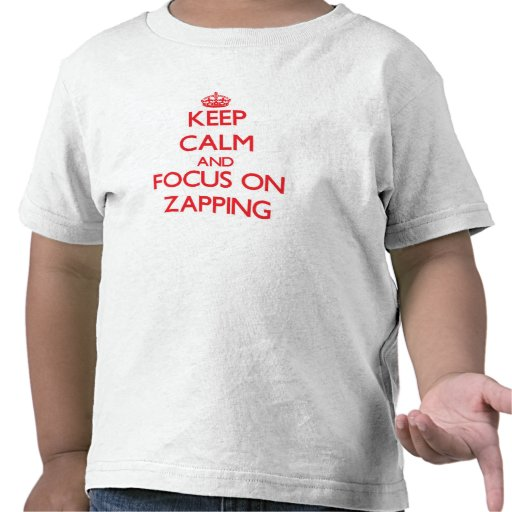 Mantenha a calma e o foco em Zapping Camisetas