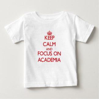 Mantenha a calma e o foco na ACADEMIA Camisetas