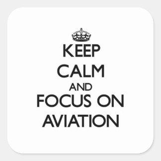 Mantenha a calma e o foco na aviação adesivo quadrado