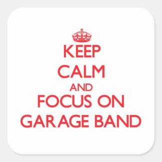 Mantenha a calma e o foco na banda da garagem adesivo quadrado