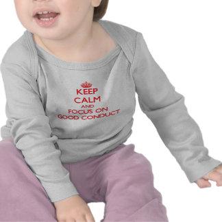 Mantenha a calma e o foco na boa conduta camisetas