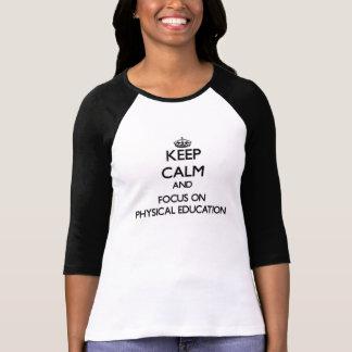 Mantenha a calma e o foco na educação física tshirts