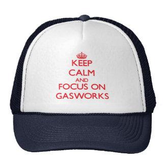 Mantenha a calma e o foco na fábrica de gás boné