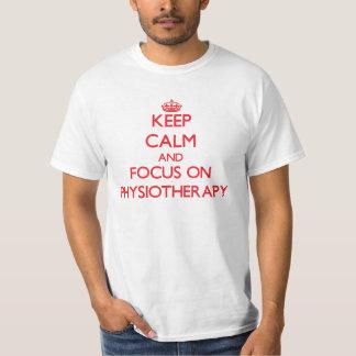 Mantenha a calma e o foco na fisioterapia t-shirts