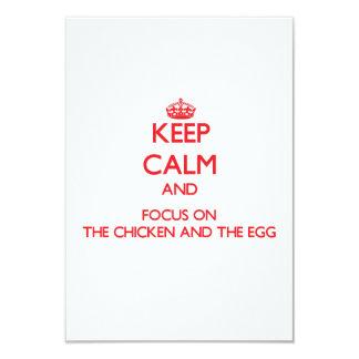Mantenha a calma e o foco na galinha e no ovo convites personalizados