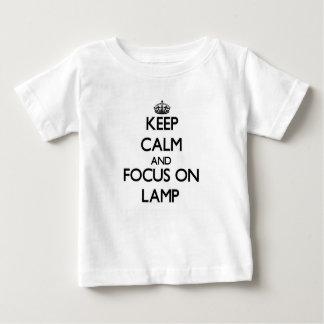 Mantenha a calma e o foco na lâmpada camiseta para bebê