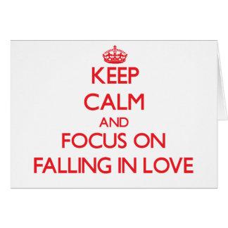 Mantenha a calma e o foco na queda no amor cartao