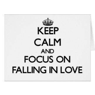 Mantenha a calma e o foco na queda no amor cartão