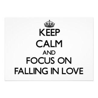 Mantenha a calma e o foco na queda no amor convite personalizado