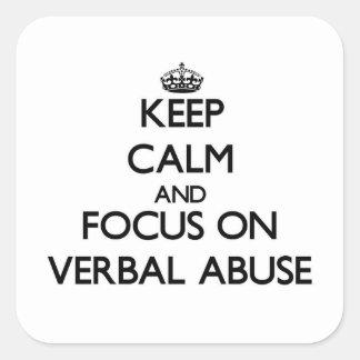 Mantenha a calma e o foco no abuso verbal adesivo quadrado