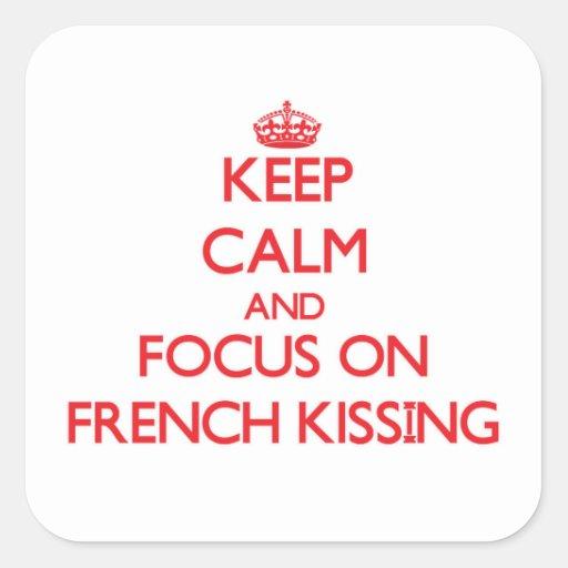 Mantenha a calma e o foco no beijo francês adesivo quadrado