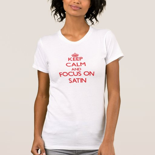 Mantenha a calma e o foco no cetim tshirts