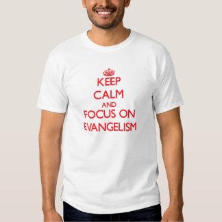 Mantenha a calma e o foco no EVANGELISMO Camisetas