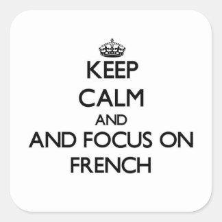 Mantenha a calma e o foco no francês adesivo quadrado