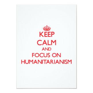 Mantenha a calma e o foco no Humanitarianism Convite 12.7 X 17.78cm