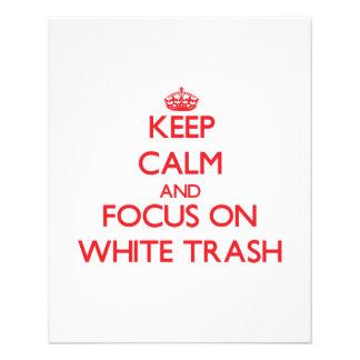 Mantenha a calma e o foco no lixo branco panfletos coloridos