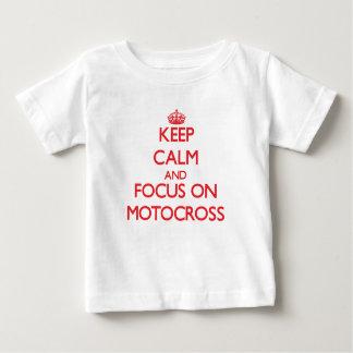 Mantenha a calma e o foco no motocross camiseta para bebê