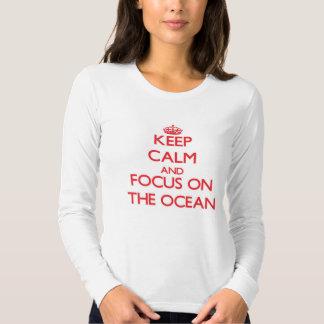 Mantenha a calma e o foco no oceano t-shirts