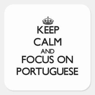 Mantenha a calma e o foco no português adesivo quadrado