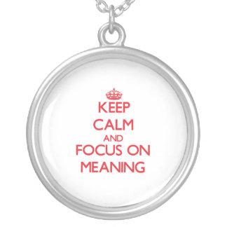 Mantenha a calma e o foco no significado bijuterias