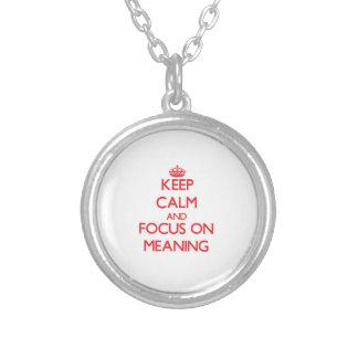Mantenha a calma e o foco no significado colares