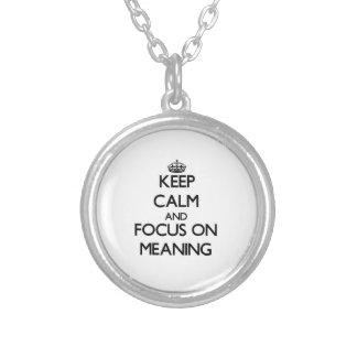 Mantenha a calma e o foco no significado pingentes