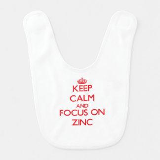 Mantenha a calma e o foco no zinco babador infantil