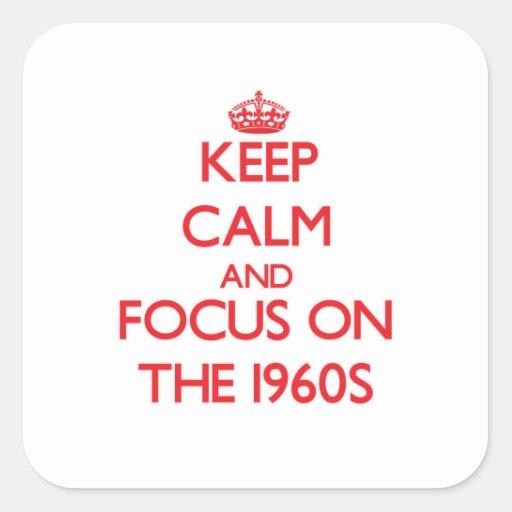 Mantenha a calma e o foco nos anos 60 adesivo quadrado