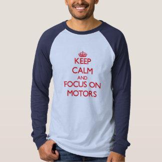 Mantenha a calma e o foco nos motores tshirts