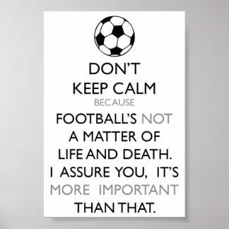 Mantenha a calma e o futebol pôster