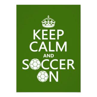 Mantenha a calma e o futebol sobre convite 13.97 x 19.05cm