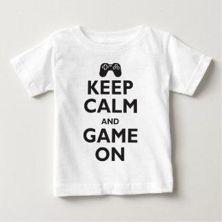Mantenha a calma e o jogo sobre camiseta para bebê
